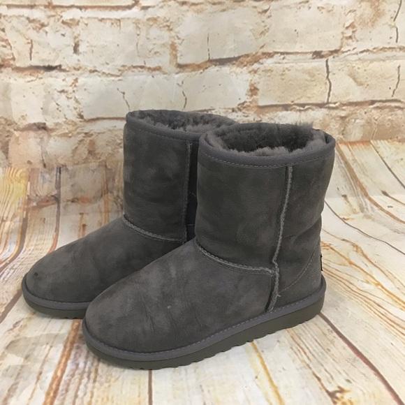 b6d49c66cbf Ugg's girls 3 gray euc hardly no wear on soles